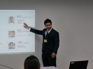 高校生たちに自己紹介を行う藤井さん。