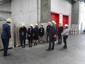 初めて見る大きな倉庫に、高校生たちは興味津々です。