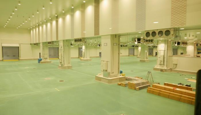 豊洲市場水産卸売場棟のマグロ競り場の様子。開場に向けて準備が進めらてています。