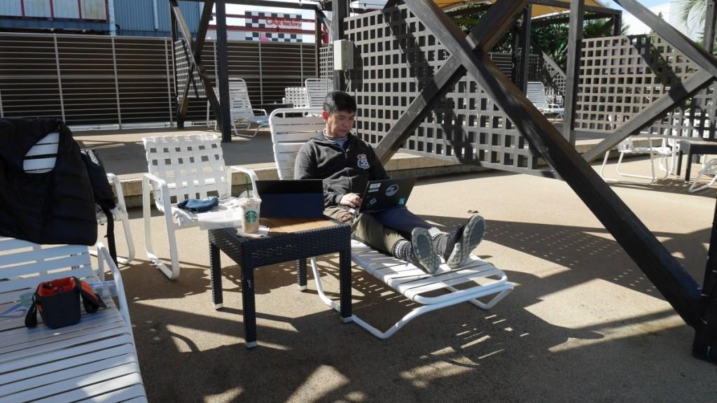 ワーケーションの場として、よみうりランドが提供するのはプールサイド。私も、ビーチチェアでPCを叩くのは初めての経験です。
