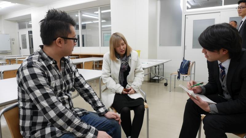 物流ニッポン紙のインタビューを受ける定時制高校正ふたり