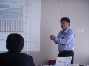 「物流ビジネスについて」と題し、物流ビジネス全般と、今後の弊社のビジネスについて語る弊社取締役鈴木