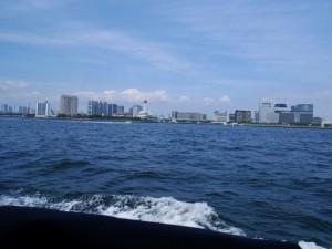海上から望むお台場。船の科学館が見える。