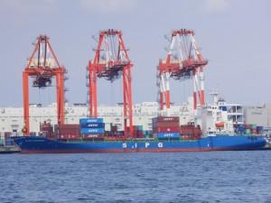 荷役を行うコンテナ船とガントリークレーン