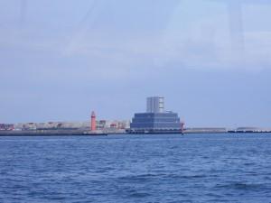中央防波堤の灯台。その右手の黒い階段上の建物は、臨海トンネルの通気口。