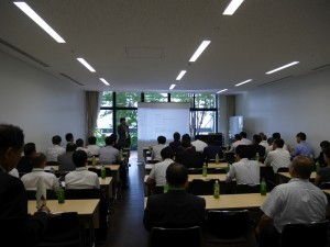 開会の挨拶をする弊社取締役本部長 鈴木。
