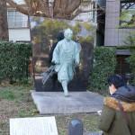 伊能忠敬像。富岡八幡宮の入り口左手にあります。