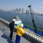 バラ積み貨物船の荷役作業を見学します。
