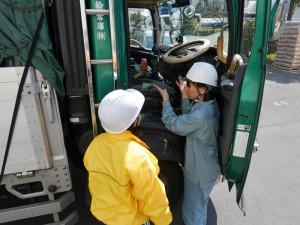 トラック乗車体験を前に、説明する松島。