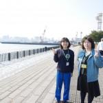 東京港見学ににっこりのあおやまさんと上田。