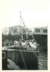 弊社の発祥は、はしけ業。はしけ業とは、沖合に停泊した大型船から岸壁まで、小型船で荷物を横持ち輸送する仕事です。