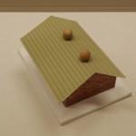 立体錯視作品#2。小屋の屋根の頂点部分にふたつの球が静止しているように見えるが...