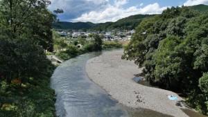 巾着田とは、高麗川が巾着の形のように取り囲む土地であることから名づけられました。夏は、水遊びの家族連れでにぎわいます。