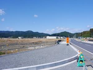 かさ上げされた地には、新たな道路や施設が建設されています。