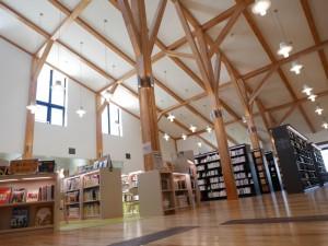 図書館の様子。採光窓が大きく設けられた明るく開放的な空間です。