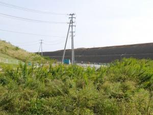 かさ上げ工事が進む様子。かなりの高さの盛り土です。
