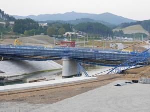 分かりにくいですが、青い橋の向う側にあるのが、津波に飲まれた南三陸町防災対策庁舎です。