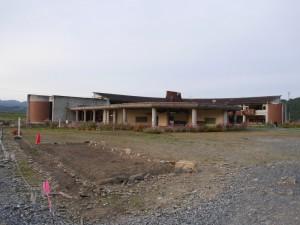 北上川とは反対側から、つまり校庭側から撮影した大川小学校。