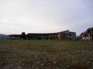 校庭側から望む大川小学校。