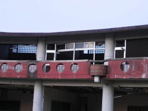 二階の様子。上側の窓ガラスが割れていないことから、津波の高さが分かります。