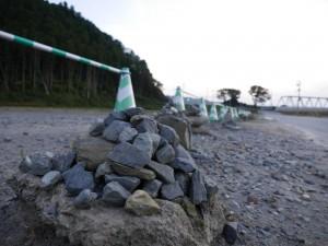 大川小学校の入り口には、誰が積み始めたのか、このように石が積み上げられています。