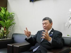 質問ひとつひとつに誠実に答えようとする秋元社長。