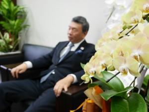就任祝いの花々が社長室を飾る