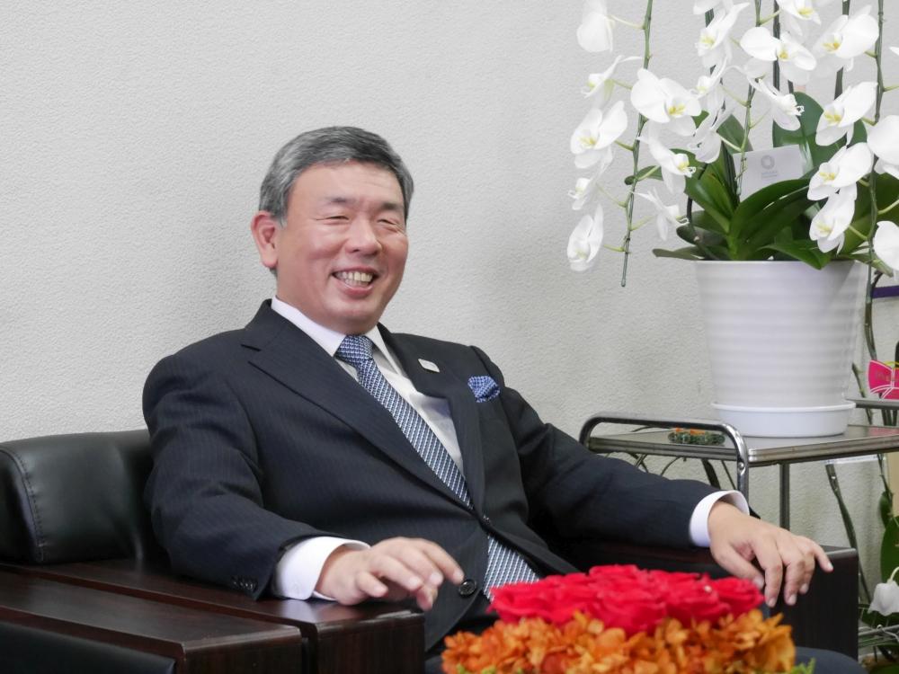 和やかに質問に答える秋元運輸倉庫 代表取締役社長 秋元伸介