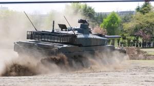 10式戦車の走行。
