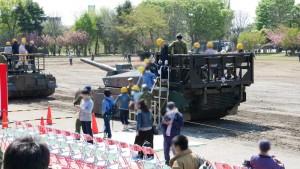 戦車にわざわざ乗車用の架台を設置しています。