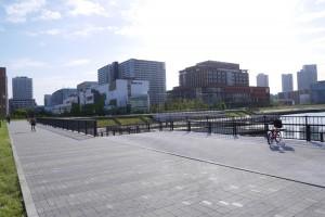 正面に見えるのは木村拓哉さん主演の医療ドラマの舞台となった病院。手前には(分かりにくいですが)水陸両用バスの入水路があります。