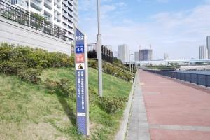遊歩道上には、ところどころに距離を示すポールがあります。