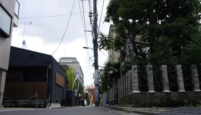 右側が於岩稲荷 田宮神社、左側が於岩稲荷 陽雲寺。ともにお岩さんゆかりを謳います。