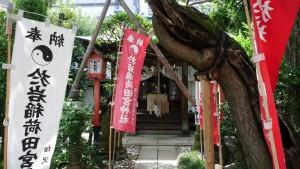 『於岩稲荷田宮神社』の境内。こじんまりとしながら、歴史を感じる境内です。