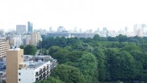 おまけ②。四谷区民ホールからの景色。正面に見えるのが東京オリンピックに向けて建設中の国立競技場です。