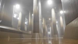 白く煙ったように見えるのは、霧が生じているから。撮影したのは2018年8月12日ですが、地下空間は肌寒いくらいでした。