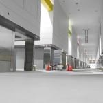 青果仲卸売り場の様子。左右に広がるのが閉鎖型店舗、二階は事務所として利用可能です。