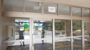 入口にあった、津波到達の証。高さ約22.6mの津波が押し寄せ、1階部分まで到達したという。