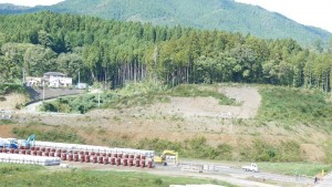 戸倉小学校の生徒や職員は、地元住民らと画面中央付近にある神社(※赤い鳥居がかすかに見える)まで避難し、津波の難を逃れた。