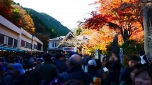 高尾山ふもと、ケーブルカー駅前にて。すごい人出でした。ケーブルカーを乗るための大行列が発生しています。