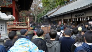 高尾山にて撮影。薬王院から登山道に出るため、大渋滞が発生しています。
