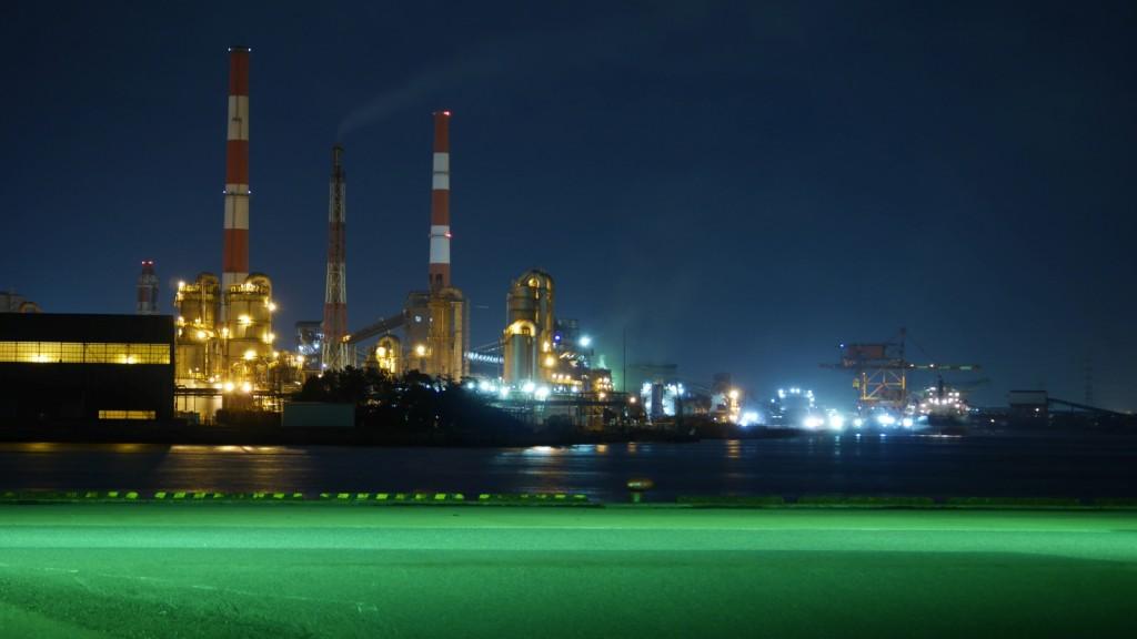 京葉工業地帯の工場夜景(千葉県千葉市)。