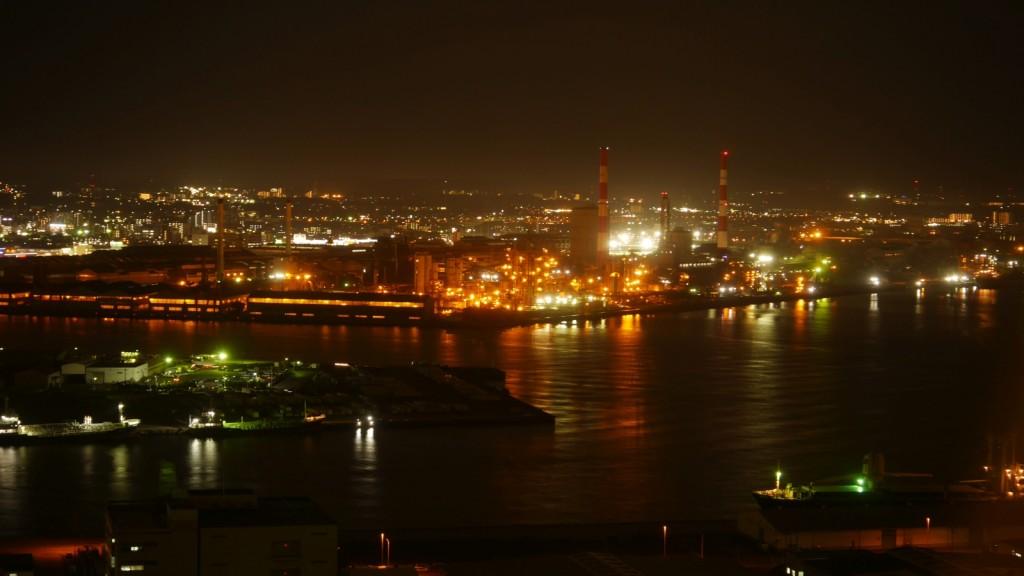千葉市にあるポートタワーから撮影した工場夜景。