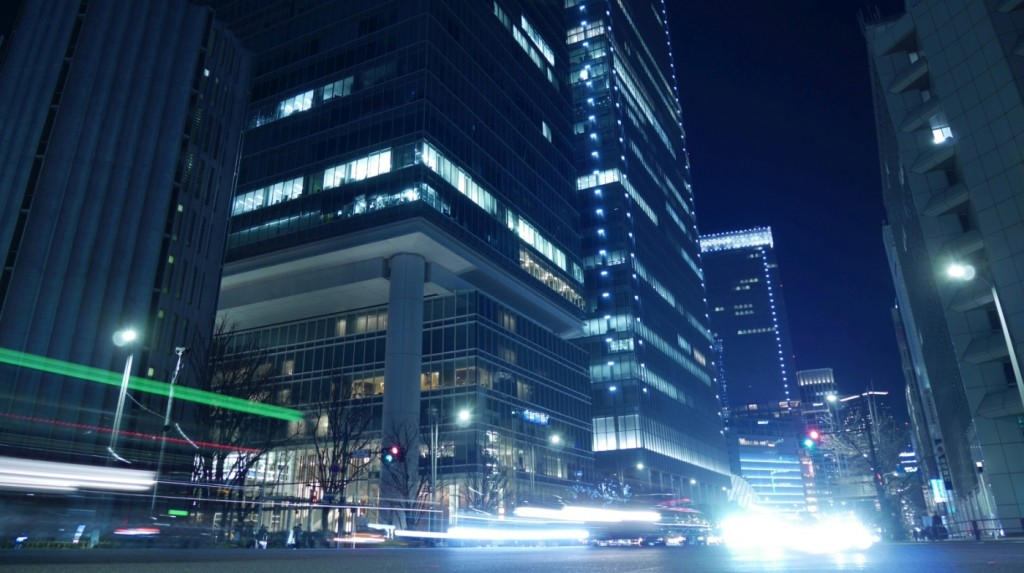 鍛冶橋交差点付近。東京駅周辺は再開発が進み、新たな高層ビルが次々と建築されています。