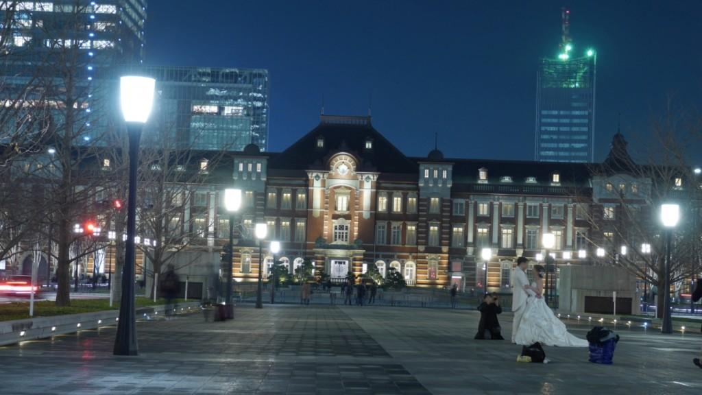 丸の内口から皇居に向かって伸びる遊歩道は、結婚式前撮りの定番スポットになっています。