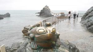 二見興玉神社では、猿田彦大神の使いであったカエルが祀られています。