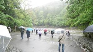 ここからは伊勢神宮内宮。平成最後の日に詣でましたが、あいにくの雨でした。本来、御手洗場(五十鈴川の清流)を手水として使うのですが、当日は水かさが増していたため、眺めるだけです。