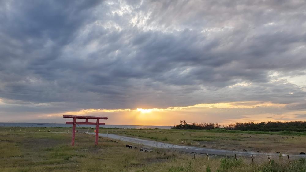 久津間海岸。この日は曇り空。ドラマティックな雲を見ることができました。