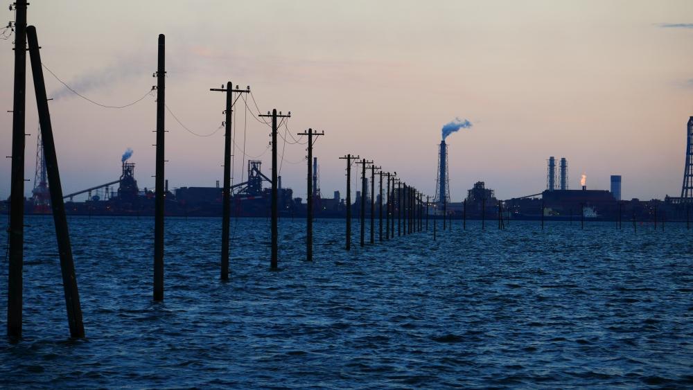 薄暮の江川海岸海中電柱。