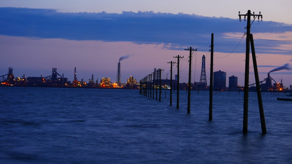 さらに日が暮れると、工場夜景と懐中電柱を同時に愛でることができます。